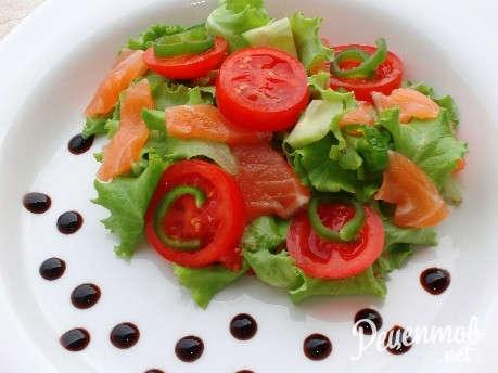 Салаты с слабосоленой рыбой рецепты с
